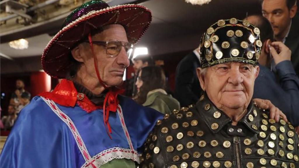 dos hombres disfrazados en el teatro real