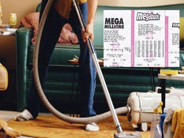 Joven limpiando su casa