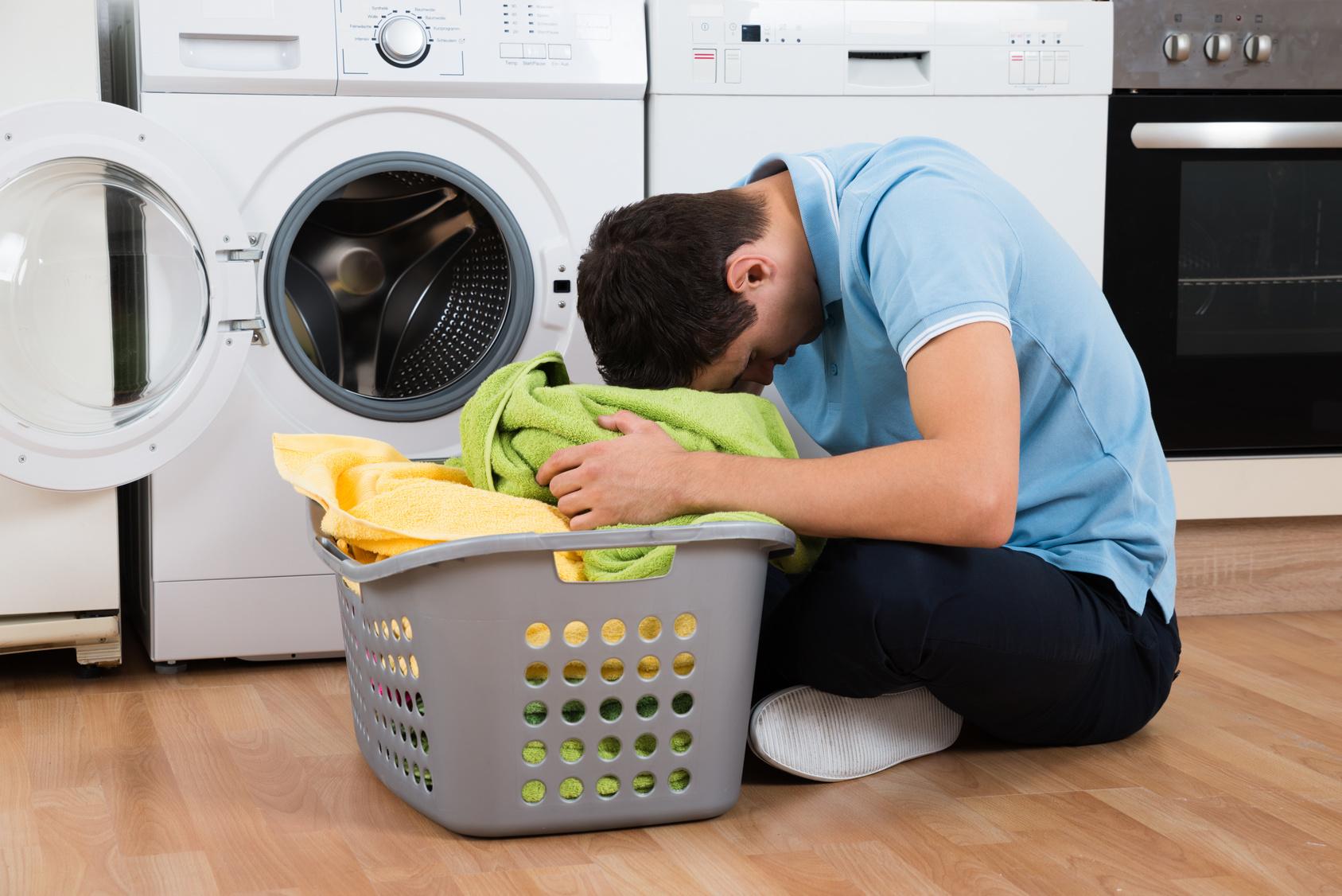 Hombre delante de la lavadora
