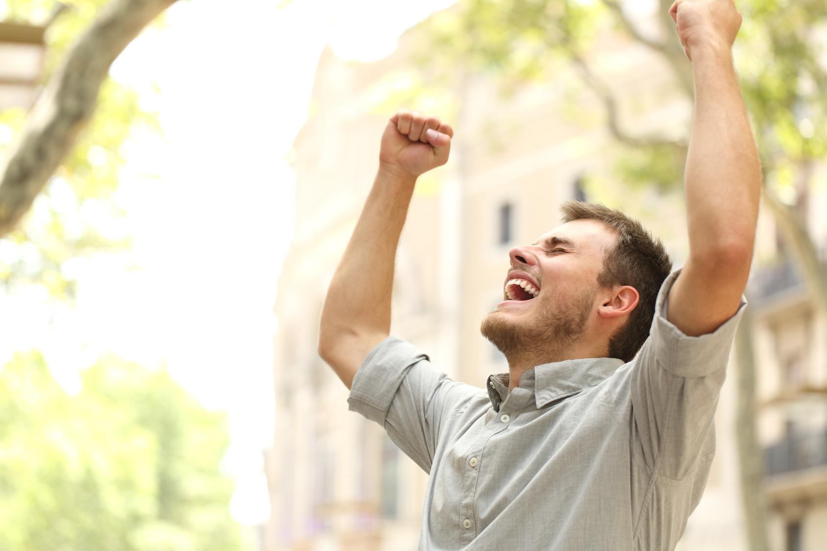 Hombre celebrando