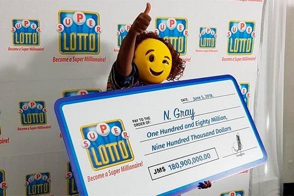 Emoji recogiendo premio