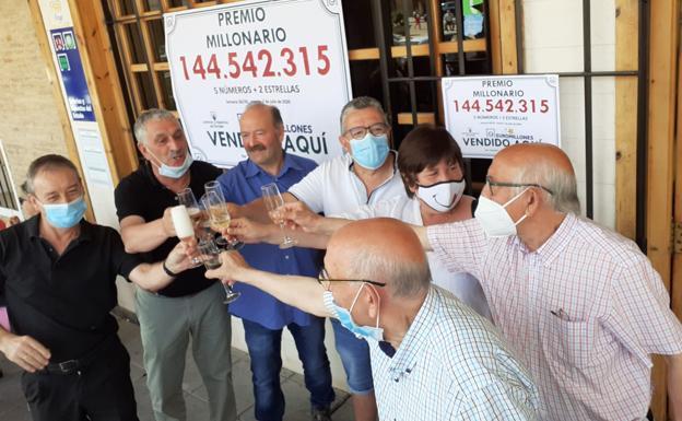 15 amigos de Valladolid ganadores del bote de Euromillones
